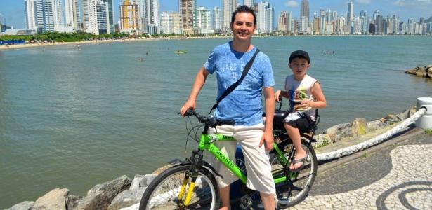Fulvio Pacheco e seu filho Murilo passeiam de bicicleta no Balneário de Camboriú (SC) - Acervo pessoal