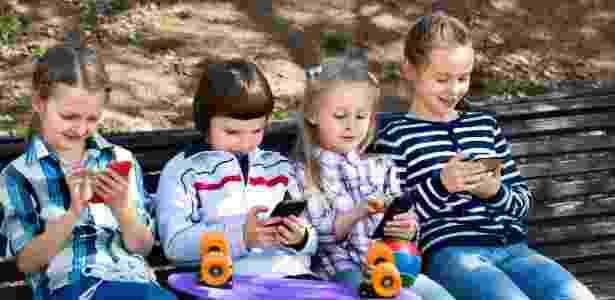 Crianças no celular - iStock - iStock