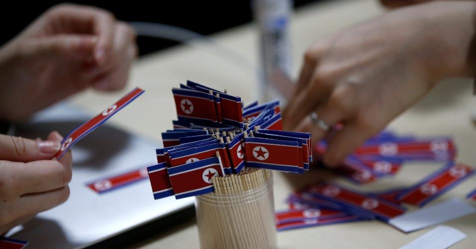 29.out.2017 - Integrantes do fã clube da Coreia do Norte no Japão fazem bandeiras norte-coreanas, em Tóquio