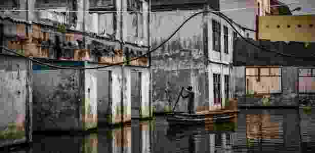 12.nov.2017 - Prédio de uma antiga fábrica inundado no norte de Jacarta, capital da Indonésia - Josh Haner/The New York Times - Josh Haner/The New York Times