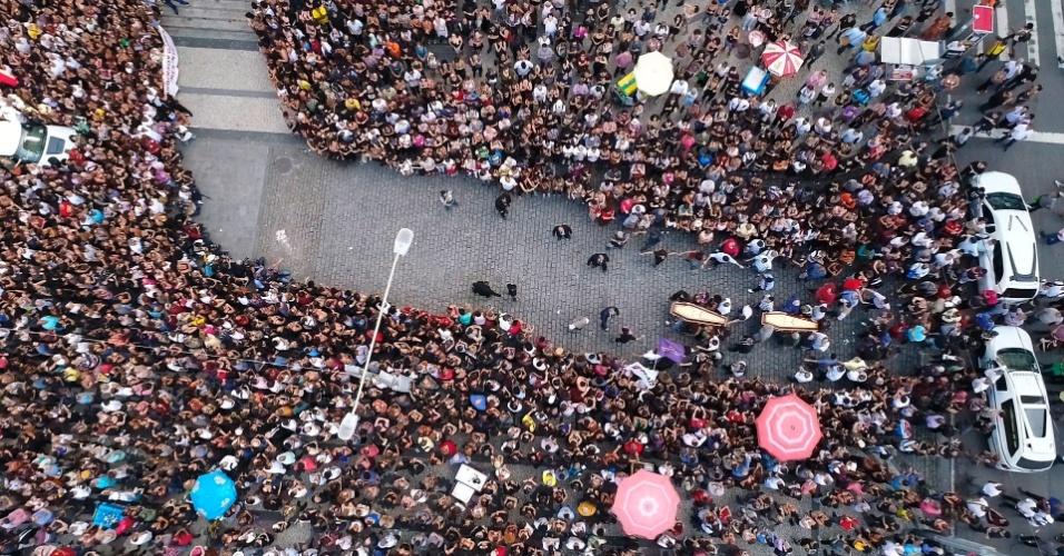 15.mar.2018 - Milhares de pessoas acompanham o velório de Marielle Franco (PSOL), e do motorista Anderson na Câmara Municipal de Vereadores, na Cinelândia