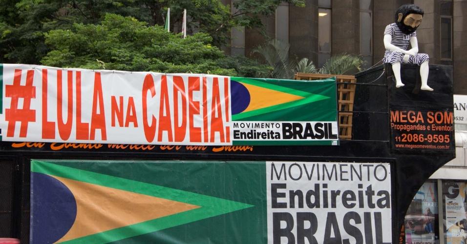 3.abr.2018 - Um boneco do ex-presidente Luiz Inácio Lula da Silva vestido de presidiário foi colocado em cima do carro de som durante protesto pela prisão do petista na avenida Paulista, em São Paulo