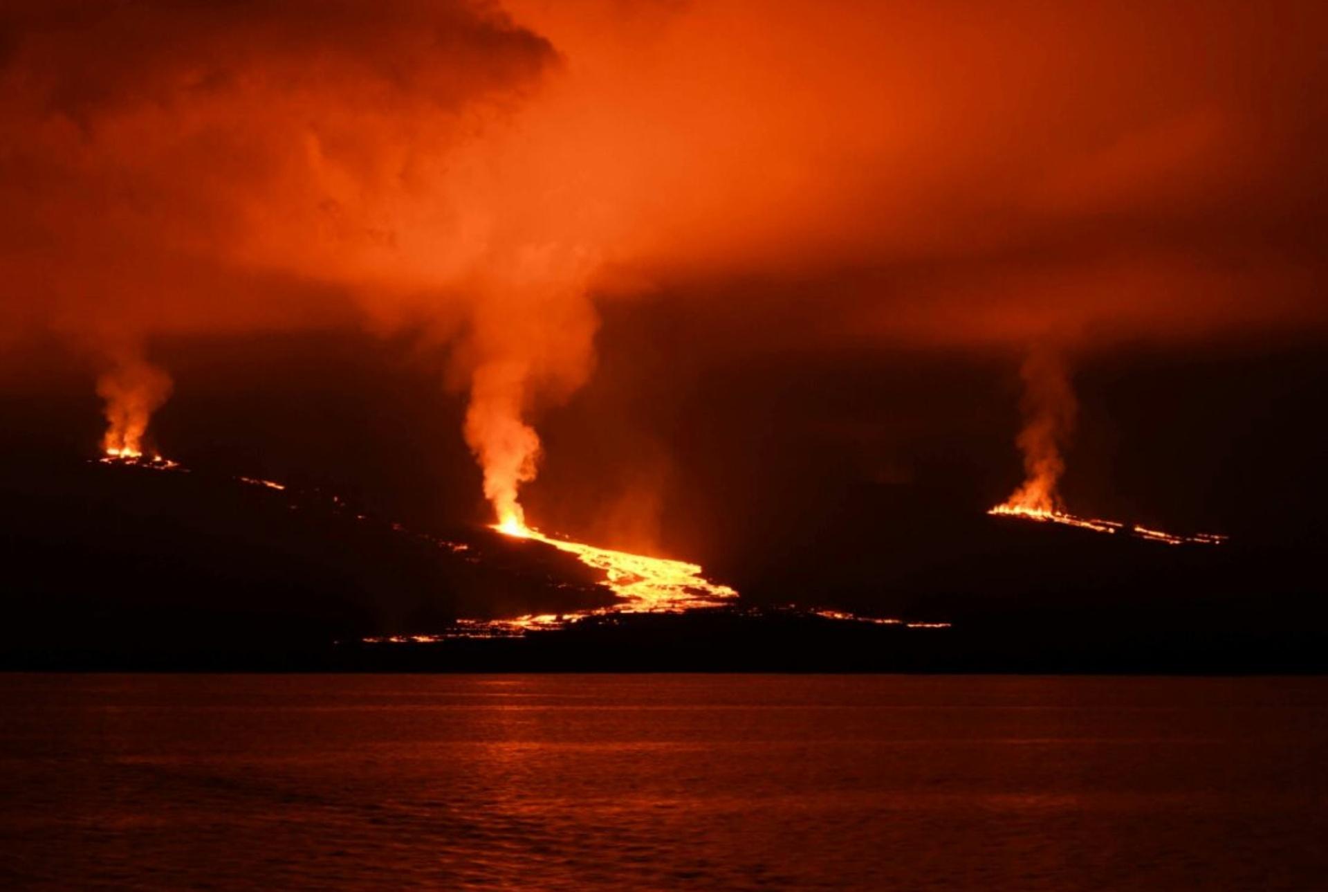 27.jun.2018 - O Equador evacuou 50 habitantes da ilha Isabela, no arquipélago de Galápagos, e declarou o alerta laranja diante da erupção do vulcão Sierra Negra na tarde de terça-feria (26), o que obrigou as autoridades a restringir o acesso de turistas às zonas de risco