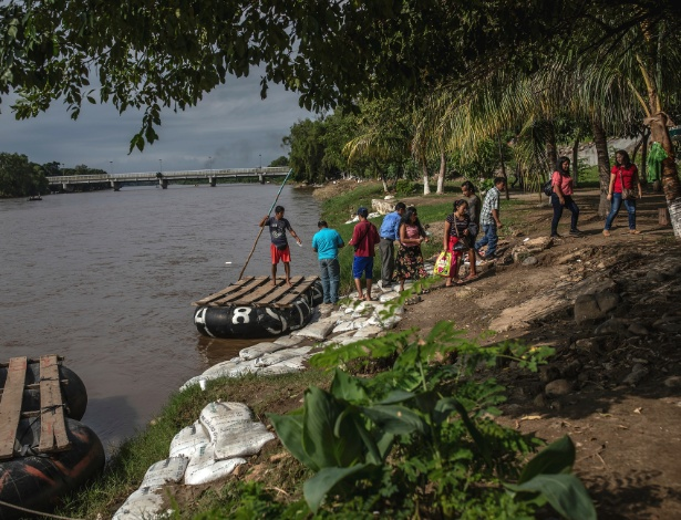 Passageiros saem de jangada após cruzar o rio Suchiate da Guatemala para Ciudad Hidalgo no México - Alejandro Cegarra/The New York Times