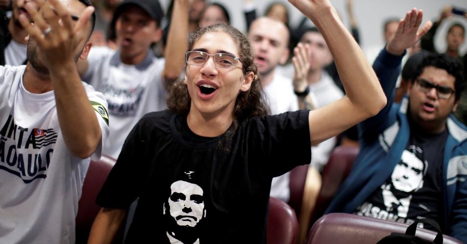 Militante de Jair Bolsonaro, candidato à Presidência pelo PSL, se manifesta em São Paulo