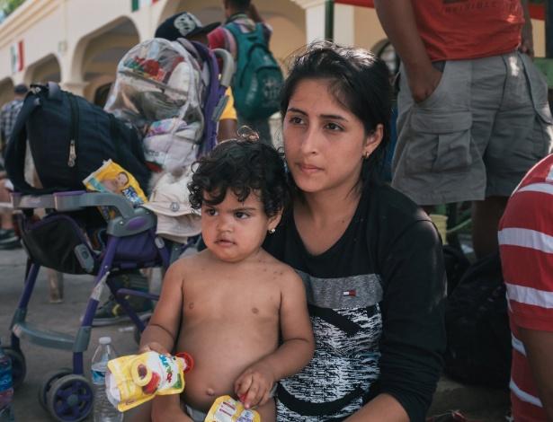 25.out.2018 - Migrante com sua filha na praça principal de Pijijiapan, no estado de Chiapas, no sudeste do México - Luis Antonio Rojas/The New York Times