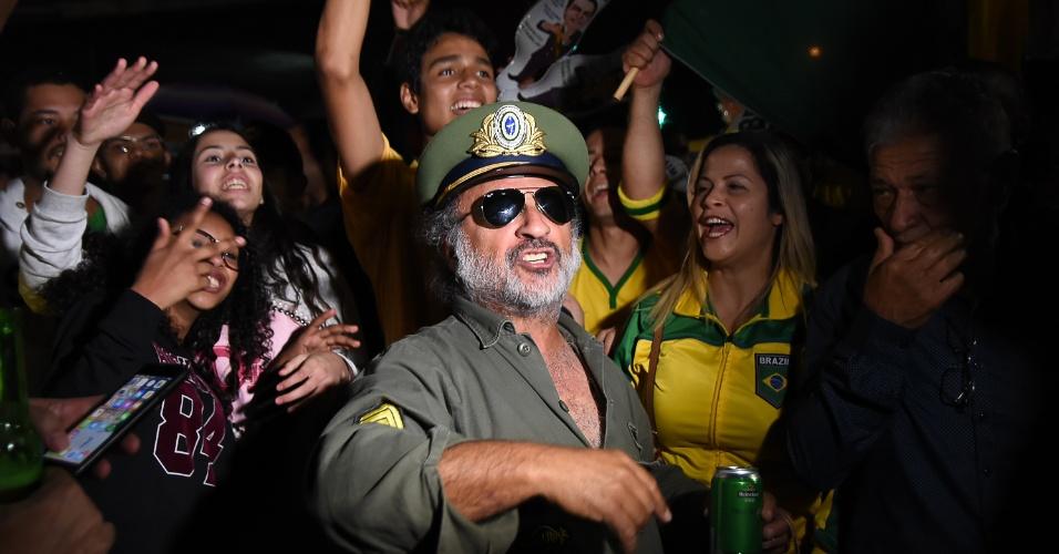 28.out.2018 - Militantes comemoram a eleição de Jair Bolsonaro à Presidência do Brasil na Avenida Paulista, no centro de São Paulo