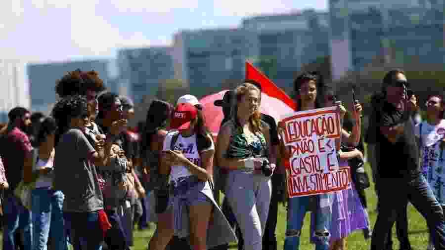 Em 15 de maio, estudantes e professores protestaram contra o contingenciamento de despesas na educação em todo o país - Marcelo Camargo/Agência Brasil