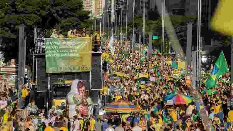 Trio do Direita SP, com imagens de Moro, Bolsonaro e Paulo Guedes e um boneco ironizando Rodrigo Maia - JACQUES ROYZEN/RAW IMAGE/ESTADÃO CONTEÚDO