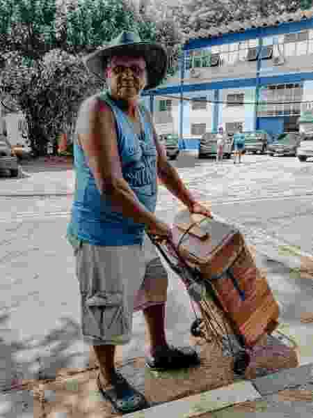 José Maria, 65 anos, vende sorvetes na porta da Unidade de Pronto Atendimento na Lapa, zona oeste de São Paulo - Talyta Vespa/UOL