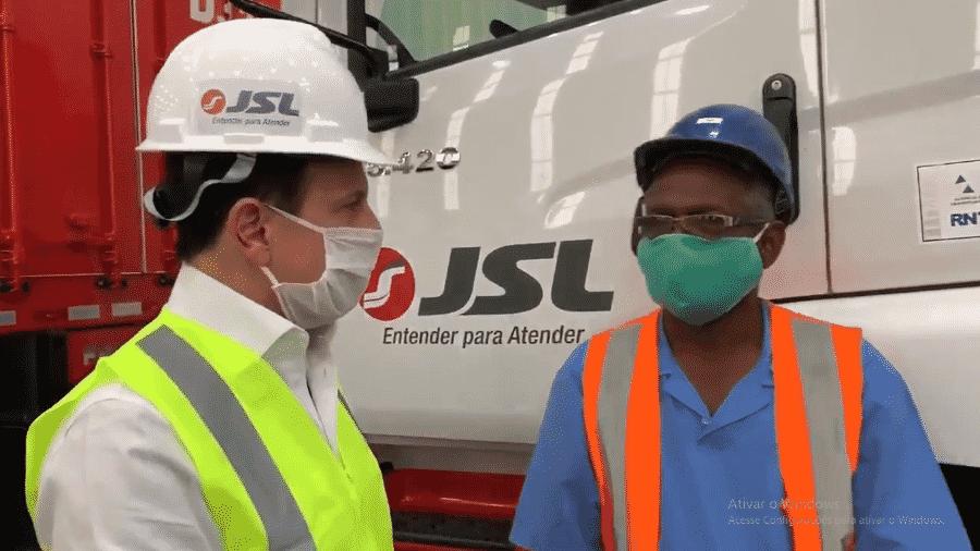 O governador João Doria grava vídeo dentro da empresa de logística JSL e utiliza capacete com logotipo da marca - Reprodução