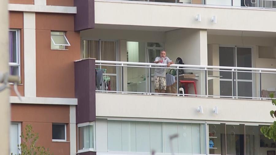 Fabrício Queiroz na varanda de seu apartamento no Rio, onde cumpre prisão domiciliar - Evandro Cardoso Reprodução/GloboNews
