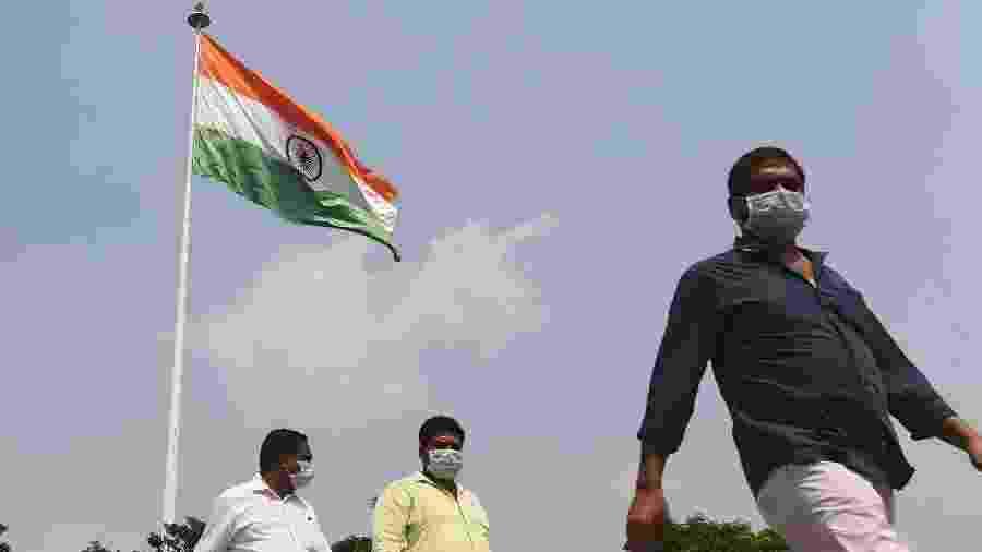 Pessoas usam máscara de proteção contra o novo coronavírus em Nova Déli, na Índia - Sajjad Hussain/AFP