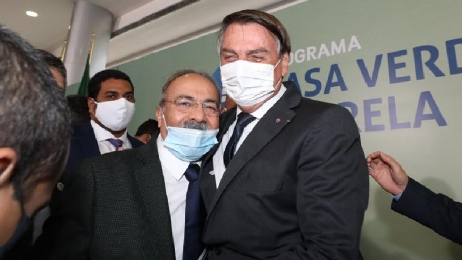 25.ago.2020 - Presidente Jair Bolsonaro (sem partido) abraça o senador e vice-líder do governo Chico Rodrigues durante evento no Palácio do Planalto - Reprodução/Twitter @senadorchico