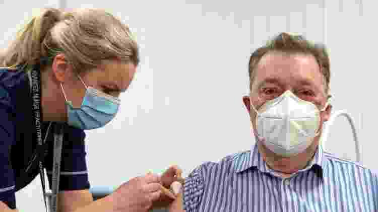 Enfermeira aplica dose de vacina desenvolvida pela Universidade de Oxford com o laboratório AstraZeneca em James Shaw, 82, na Escócia - Andy Buchanan/Pool via Reuters - Andy Buchanan/Pool via Reuters