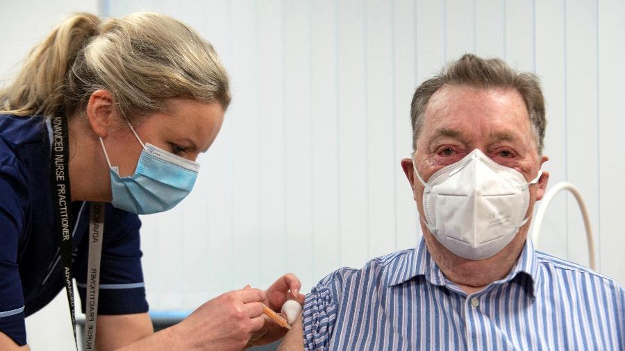 Enfermeira aplica dose de vacina de Oxford na Escócia - Andy Buchanan/Pool via REUTERS