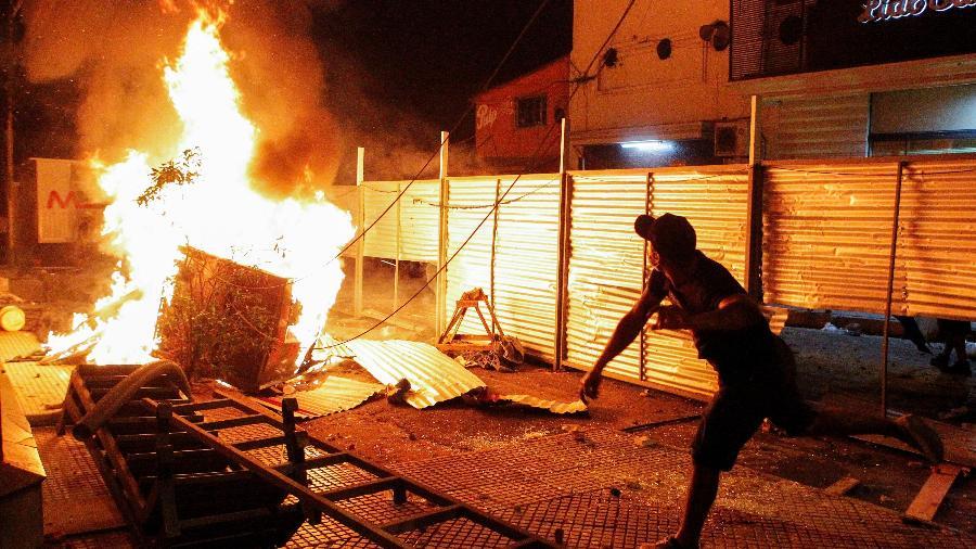 05.mar.2021 - Protestantes tomam as ruas de Assunção, no Paraguai, contra o presidente  Mario Abdo Benítez - REUTERS/Cesar Olmedo