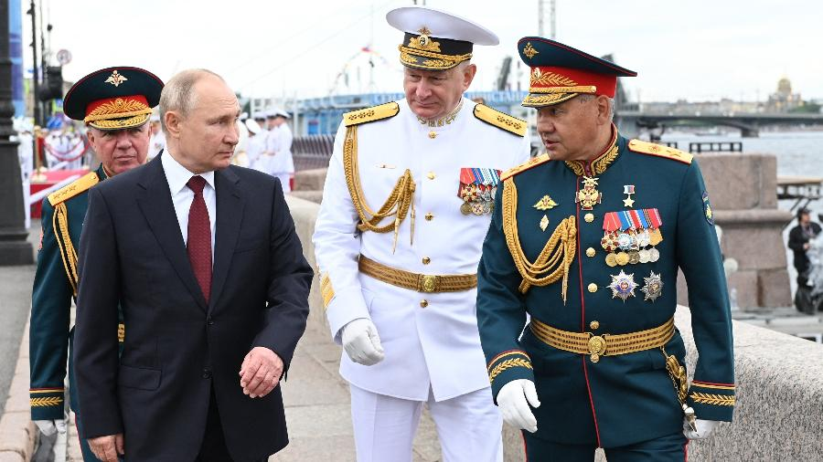 Presidente da Rússia, Vladimir Putin, acompanhado pelo coronel-general Alexander Zhuravlev (esquerda), almirante Nikolai Yevmenov (centro) e ministro da defesa Sergei Shoigu (direita), na parada naval neste domingo (25 de julho) - Alexey Nikolsky/AFP