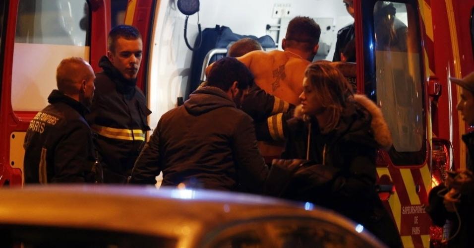 13.nov.2015 - Homem ferido é atendido em uma ambulância próximo ao estádio Stade de France em Saint Denis, nos arredores de Paris. A polícia relatou ao menos duas explosões nas proximidades do estádio, onde o presidente francês, François Hollande, acompanhava um amistoso entre as seleções de futebol da França e da Alemanha. Três tiroteios aconteceram na noite desta sexta-feira (13) em Paris. De acordo com a polícia, há ao menos 18 mortos e vários feridos
