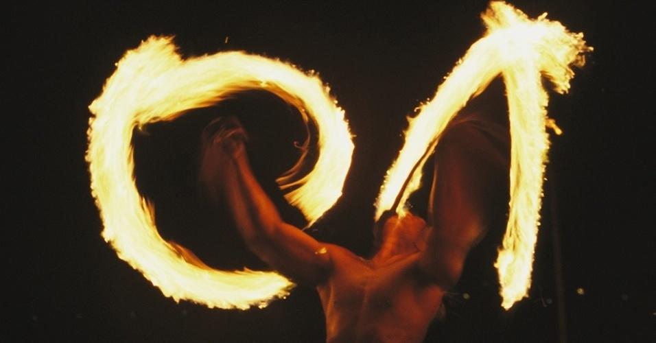 13.dez.2015 - A dança com fogo é uma das manifestações culturais originais da Polinésia Francesa, no Oceano Pacífico. Remete a práticas míticas ancestrais, anteriores ao domínio francês do território