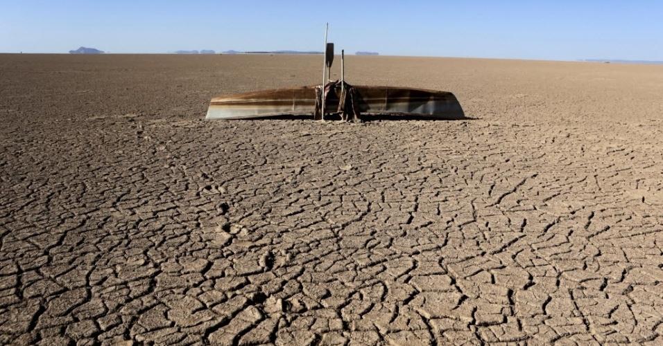 18.dez.2015 - Um barco de pescador fica no chão com a seca no lago Poopó, em Oruro, na Bolívia. A água do lago secou por completo e, segundo pesquisadores, o aquecimento global tem grande culpa no processo. A temperatura local subiu 0.9°C, o que fez com que a água evaporasse três vezes mais rápido, de acordo com a Reuters. Com a rápida evaporação e a falta de chuvas, o lago Poopó não resistiu
