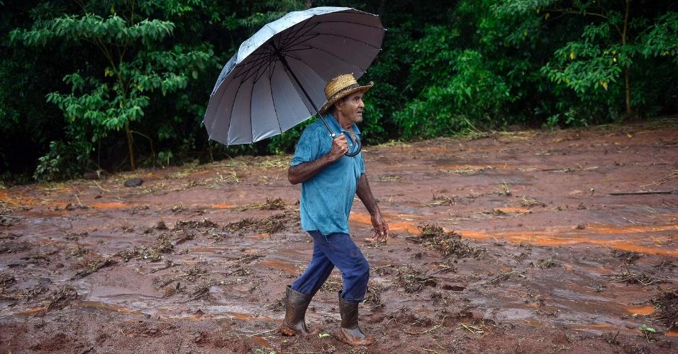 19.jan.2016 - Parte de um terreno onde fica a mineradora Minerita, em Mateus Leme, na região metropolitana de Belo Horizonte (MG), cedeu por causa de uma forte chuva e acabou destruindo as plantações e moradias próximas ao local