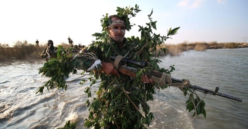 29.fev.2016 - Um grupo de soldados iraquianos faz treinamento militar com trajes camuflados na cidade de al-Zubair, no Iraque