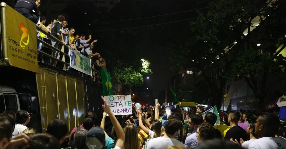 21.mar.2016 - Estudantes protestam em frente à PUC-SP a favor do impeachment da presidende Dilma Rousseff. Com a palavra de ordem