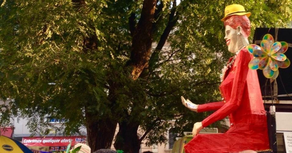 16.abr.2016 - Manifestantes erguem um boneco de Carnaval com a figura da presidente Dilma Rousseff durante ato chamado de ?Arrastão dos Blocos ? Golpe Nunca mais?, na praça do Patriarca, centro de São Paulo. Foliões fantasiados, militantes de movimentos sociais e batuqueiros de várias agremiações carnavalescas paulistanas se reuniram na praça em ato contra o impeachment da presidente Dilma