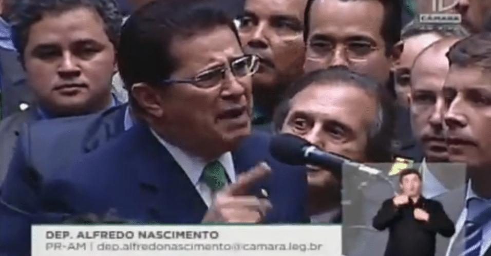 """17.abr.2016 - Ao anunciar seu voto, o deputado Alfredo Nascimento (PR-AM) lembrou que a maioria do partido, do qual é presidente nacional, é contra o impeachment da presidente Dilma (PT). Nascimento, então, renunciou à presidência do partido e declarou voto """"sim"""" pelo impeachment"""