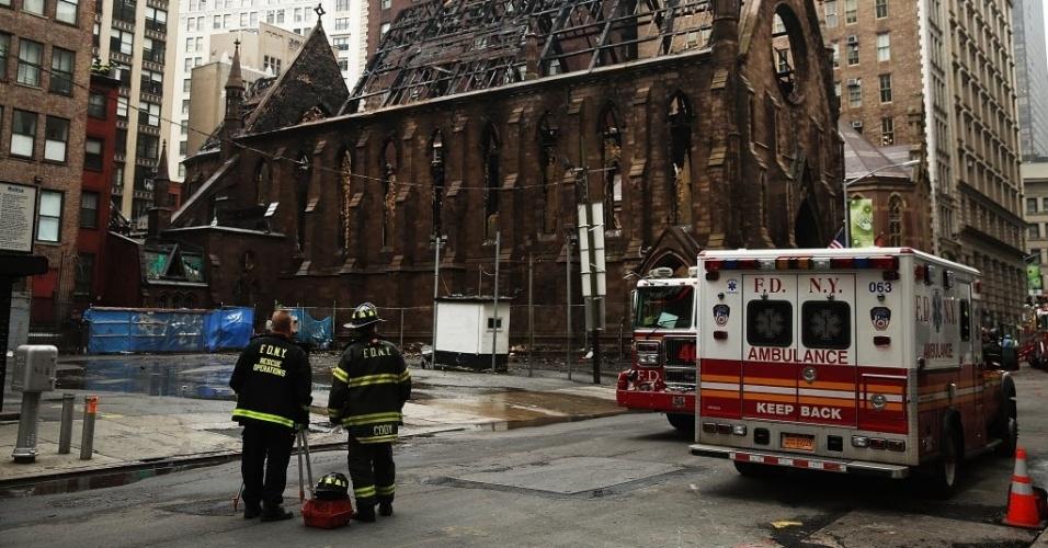 """2.mai.2016 -  O serviço de bombeiros de Nova York (EUA) está investigando como """"suspeito"""" o grande incêndio da noite de domingo em uma catedral ortodoxa sérvia de Manhattan. As chamas, que destruíram grande parte do edifício, começaram poucas horas depois de centenas de fiéis se reunirem para celebrar a Páscoa"""
