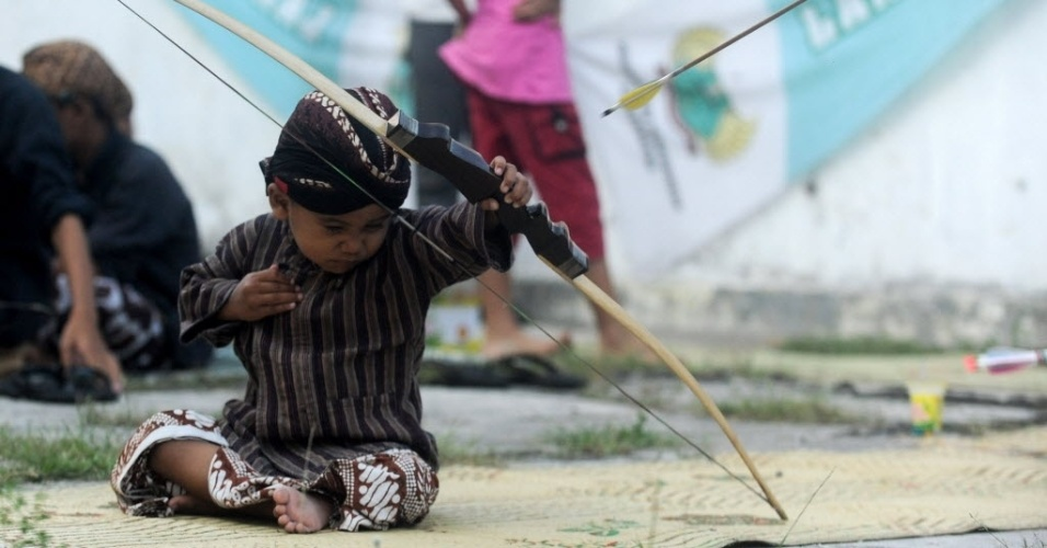 """19.mai.2016 - Menino participa de tradicional competição de arco e flecha, chamada de """"Jemparing"""", em Yogyakarta, na Indonésia"""