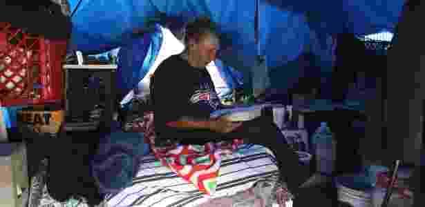 Glen Fox, 75, em sua tenda montada perto de uma rodovia de Los Angeles  - Monica Almeida/The New York Times