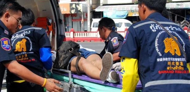 Mulher é socorrida por equipe de emergência após explosão no enclave turístico de Hua Hin, a cerca de 150 km de Bancoc