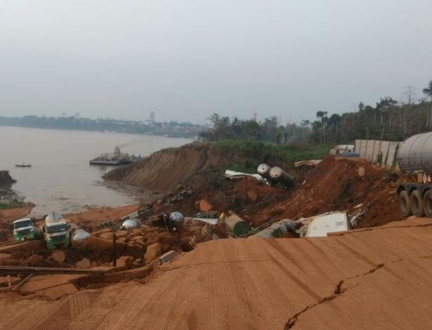 Desmoronamento de área de estacionamento engole caminhões na beira do rio Madeira, em Porto Velho (RO)