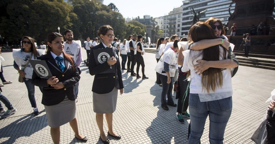 """26.ago.2016 - Representantes do Guinness verificam a realização do evento """"Ola de Abraços"""", no Dia Nacional da Solidariedade, na praça San Martín, em Buenos Aires (Argentina)"""