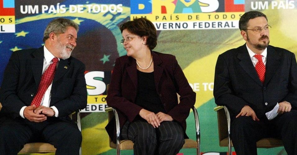 1º.set.2009 - Os então ministros Antonio Palocci e Dilma Rousseff participam com o então presidente Luiz Inácio Lula da Silva de cerimônia de assinaturas de projetos de lei no Palácio do Planalto, em Brasília