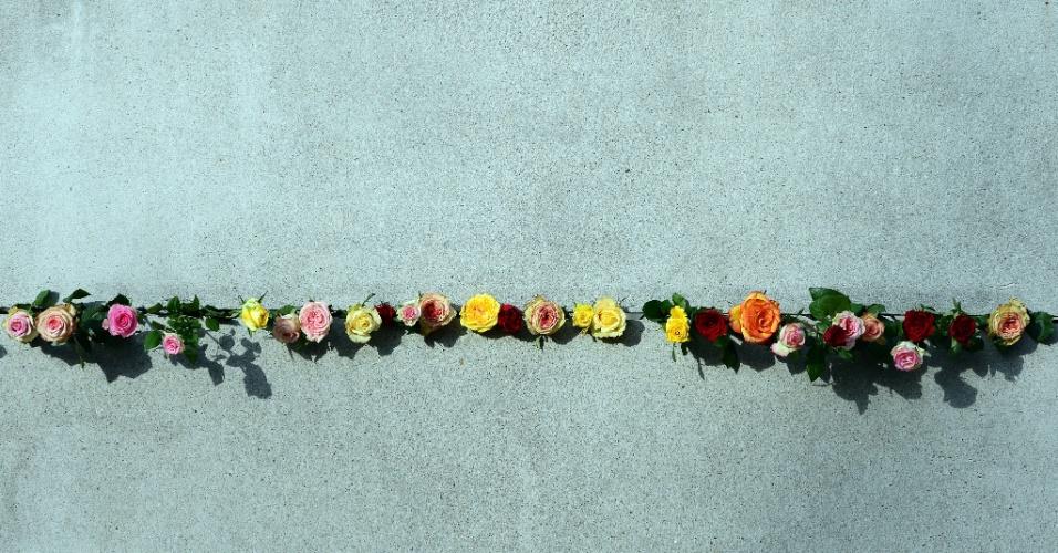 9.nov.2016 - Rosas colocadas em um segmento preservado do muro de Berlim durante as comemorações para marcar o aniversário (27 anos) da queda do muro de Berlim em 9 de novembro de 2016, no memorial do muro de Berlim, na Alemanha