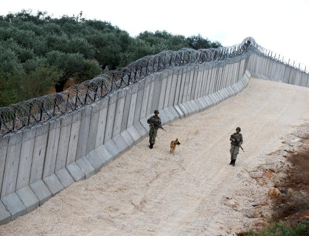 1.nov.2016 - Unidade patrulha muro na fronteira entre a Turquia e Síria, próximo ao vilarejo turco de Besarslan
