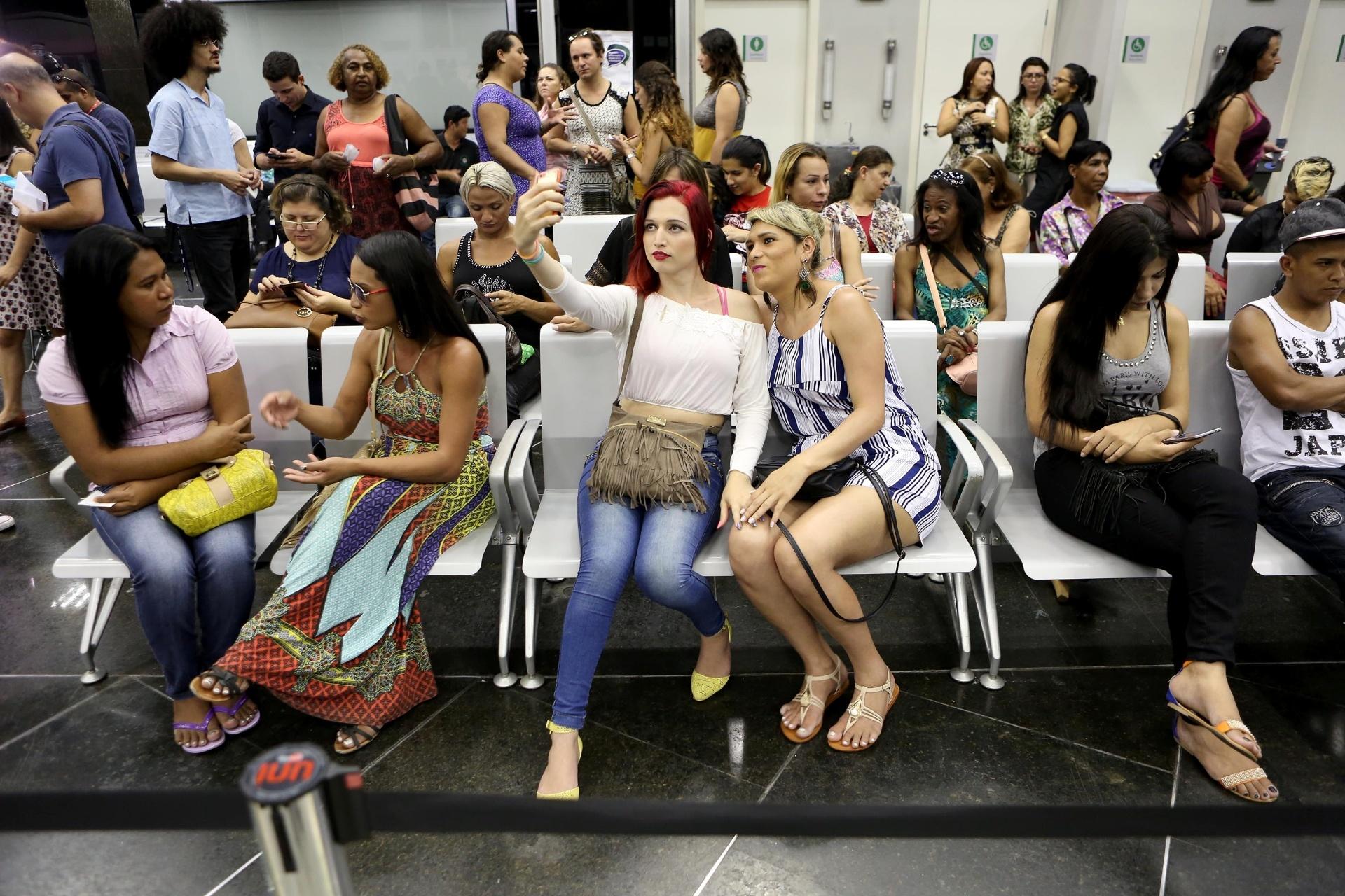 9.dez.2016 - Grupo de transexuais e travestis participa de ação judicial conjunta para retificar o nome no registro civil, na Defensoria Pública do Estado de São Paulo, na capital paulista. Cerca de 30 entregaram documentos