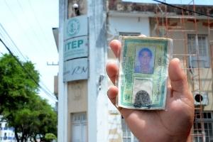 Ana Iris, 22, mostra a carteira de identidade do marido, Luiz Costa, 24, morto no massacre na penitenciária de Alcaçuz