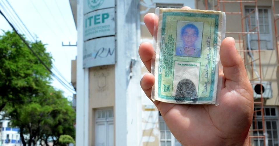 17.jan.2017 - Ana Iris, 22, mostra a carteira de identidade do marido, Luiz Costa, 24, morto no massacre na penitenciária de Alcaçuz, em Natal, no último sábado (14). Ela contou que reconheceu o marido morto por fotos divulgadas na internet no domingo (15)