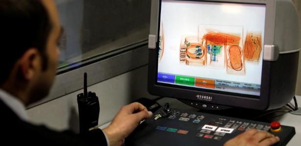 Agente de segurança verifica itens passando pelo raio-x no aeroporto de Istambul, na Turquia