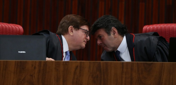 Ministros Luiz Fux (d) e Herman Benjamin conversam durante julgamento da chapa Dilma/Temer no TSE