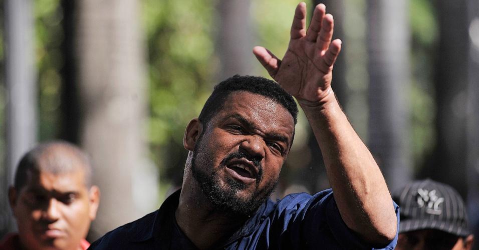 5.abr.2017 - O pastor José Carlos Pereira dos Anjos, 40, prega ao ar livre na praça da Sé, em São Paulo