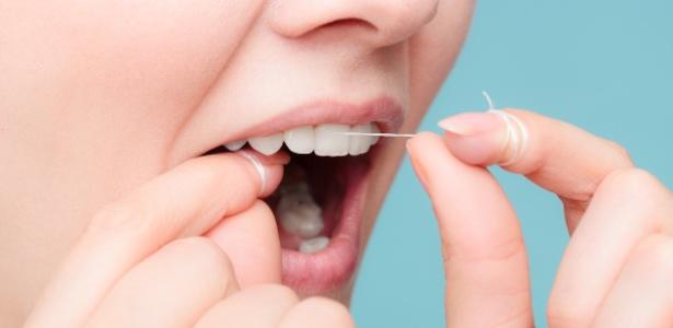 37395b36e Entre 15 cm e 25 cm de fio dental é suficiente para fazer a limpeza bucal  Imagem  iStock
