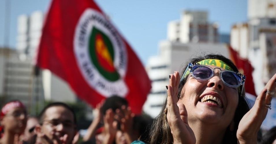 4.jun.2017 - Manifestantes levam bandeiras de movimentos sociais e e faixas contra o presidente Michel Temer durante protesto no Largo da Batata, na Zona Oeste da capital paulista, neste domingo