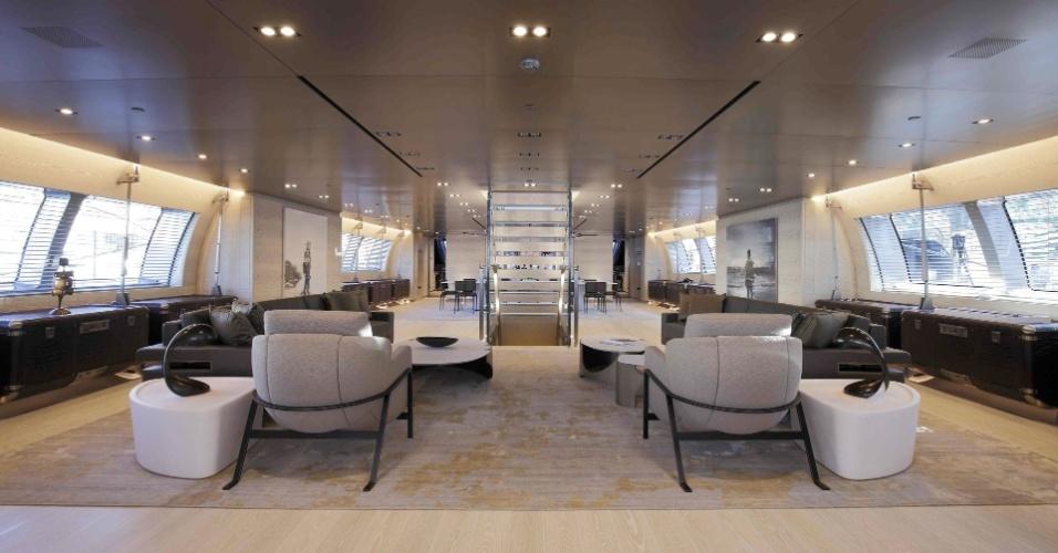 O Sybaris chama a atenção por causa do design no interior, com grande parte dos móveis e acabamento feito em titânio. Na sala de jantar, um dos destaques são os buffets feitos com couro de jacaré, inspirados no desenho de malas da grife Louis Vuitton (vistos nas laterais da foto)