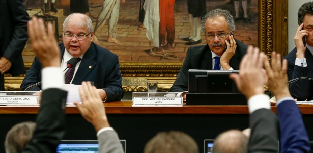Lúcio Vieira (e) é presidente da comissão que analisa o relatório de Vicente Candido (d) - Pedro Ladeira/Folhapress