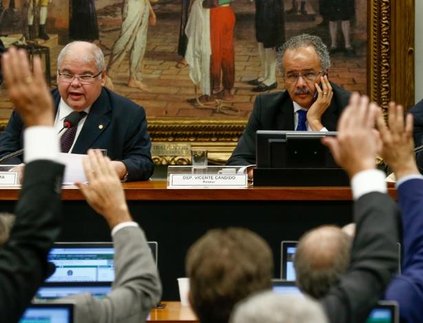 Comissão para a reforma política vota relatório de Vicente Cândido (à dir.)
